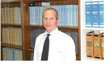 עזרא גולדמן במשרדו